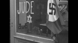 Naziści znaczą budynki zamieszkałe przez Żydów.